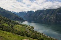Klassischer Panoramablick zum Fjord vom Standpunkt auf nationalem touristischem Weg Aurlandsfjellet, Norwegen stockbild