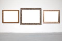 Klassischer Rahmen auf Weißzementwand in der Galerie Lizenzfreie Stockbilder