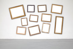 Klassischer Rahmen auf Weißzementwand in der Galerie Stockfotografie