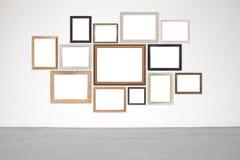 Klassischer Rahmen auf Weißzementwand in der Galerie Stockfotos