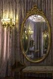 Klassischer Raum reflektierte sich in einem Spiegel stockbild