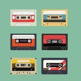 Klassischer Retro- Magnetband- für Tonaufzeichnungenkassetten-Satz Weinlese lokalisierte flache Art-Ikone Stockfotos