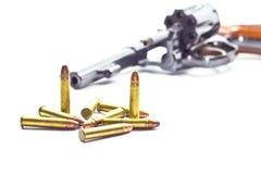 Klassischer Revolver und Gewehrkugeln lizenzfreies stockbild