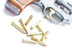 Klassischer Revolver und Gewehrkugeln Stockfotos