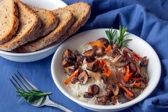 Klassischer Risotto mit Pilzen und Gemüse diente auf einem Weiß Stockfoto