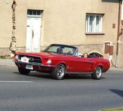 Klassischer roter amerikanischer Cabriolet, Ford Mustang Lizenzfreies Stockbild