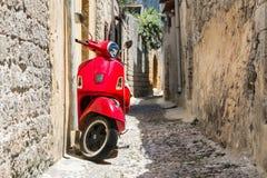 Klassischer roter Roller lizenzfreie stockfotos