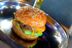 Klassischer saftiger Burger auf Wanne Stockfotografie