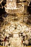 Klassischer schicker Kristallleuchter im Restaurant Lizenzfreie Stockfotos