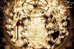 Klassischer schicker Kristallleuchter im Restaurant Lizenzfreies Stockfoto