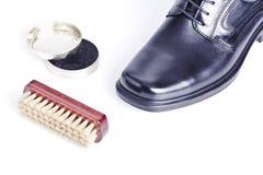 Klassischer Schuh der schwarzen Männer, Mattepoliermittel und Pinsel stockfotos