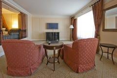 Klassischer Sitzenraum mit zwei Lehnsesseln und Fernseher Lizenzfreies Stockbild