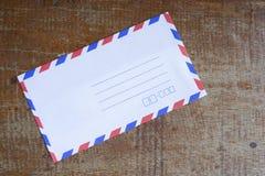 Klassischer Umschlag im Holztisch Stockfoto