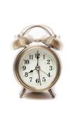 Klassischer Wecker, der um acht Uhr, lokalisiert gegen a schellt Lizenzfreie Stockbilder