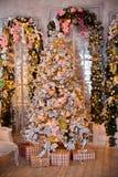 Klassischer weißes Weihnachtsinnenraumhintergrund Stockfoto