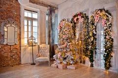 Klassischer weißes Weihnachtsinnenraumhintergrund Stockfotografie