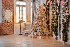 Klassischer weißes Weihnachtsinnenraumhintergrund Lizenzfreies Stockfoto