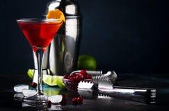 Klassisches alkoholisches Cocktail kosmopolitisch mit Wodka, Likör, Preiselbeersaft, Kalk, Eis und orange Eifer, dunkler Barzähle lizenzfreie stockbilder