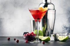 Klassisches alkoholisches Cocktail kosmopolitisch mit Wodka, Likör, Preiselbeersaft, Kalk, Eis und orange Eifer, Zähler der graue lizenzfreies stockfoto