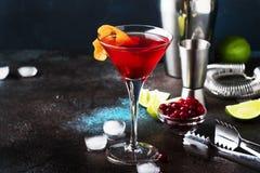 Klassisches alkoholisches Cocktail kosmopolitisch mit Wodka, Lik?r, Preiselbeersaft, Kalk, Eis und orange Eifer, dunkler Barz?hle lizenzfreie stockbilder