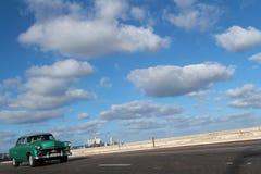 Klassisches altes amerikanisches Auto auf dem Malecon Lizenzfreie Stockbilder