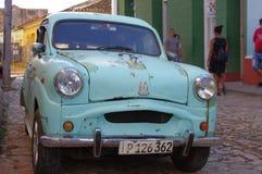 Klassisches altes Auto auf den Kolonialkopfsteinstraßen Lizenzfreie Stockfotos
