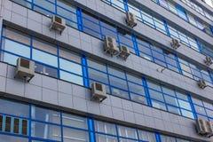 Klassisches altes konkretes Bürogebäude mit Klimaanlagen an jedem Fenster Stockfotos