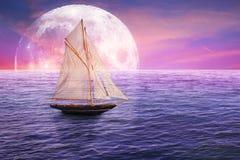 Klassisches altes Segelboot auf Mondscheinansichtskyline-Himmellichthintergrund lizenzfreie stockbilder