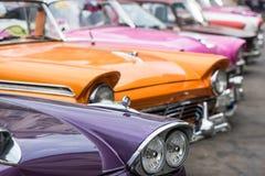 Klassisches amerikanisches Auto auf Straße von Havana in Kuba Stockbild