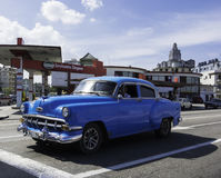 Klassisches amerikanisches Auto stoppt in Havana, Kuba Lizenzfreie Stockfotos