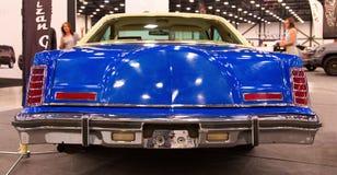 Klassisches amerikanisches blaues Auto, 70s Schließen Sie herauf Ansicht der Rückseite Stockfoto