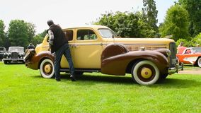 Klassisches amerikanisches Luxusauto Limousine 1938 Cadillacs LaSalle V8 stock video