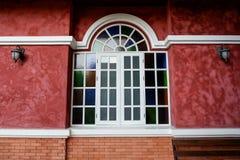 Klassisches Artfenster auf Backsteinmauer Stockbilder