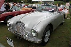 Klassisches Aston Martin trägt Vorderansicht zur Schau Lizenzfreie Stockfotografie