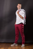 Klassisches Aufstellungsporträt des jungen Mannes, das 20 Jahre alte Hosen SH steht Stockfotos