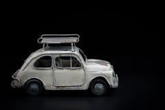 Klassisches Auto auf schwarzem Hintergrund stockfotografie