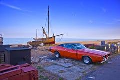 Klassisches Auto mit Fischerboot Lizenzfreies Stockbild