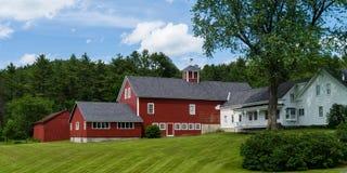 Klassisches Bauernhof-Haus und Stall Stockfoto