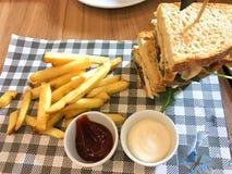 Klassisches belegtes Brot mit Hühnerfleisch des belegten Brots mit Hühnerfleisch A mit Speck stockfotografie