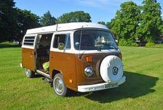 Klassisches Brown und weißes Volkswagen-Auto geparkt auf Village Green Lizenzfreies Stockfoto