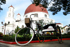 Klassisches bycicle in der Front von Blenduk-Kirche Lizenzfreies Stockbild