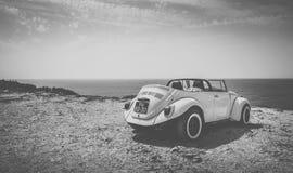 Klassisches cabrio Auto auf portugiesischer Küstenlinie Stockbild