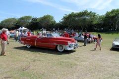 Klassisches Cadillac, das auf Feldseite fährt Lizenzfreie Stockfotografie