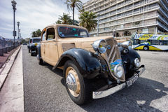 Klassisches Citroen-Auto iin, das während einer Parade Nizza ist Stockfotos