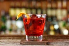 Klassisches Cocktail Negroni mit Gin, Campari- und Martini-rosso lizenzfreie stockfotos