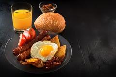 Klassisches englisches Frühstück auf einer schwarzen Tabelle Stockfoto