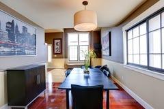 Klassisches Esszimmer mit Elfenbein und braune Wand trimmen Stockfotografie