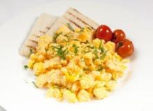Klassisches Frühstück mit Omelett, Kirschtomaten und Brot Stockfotografie