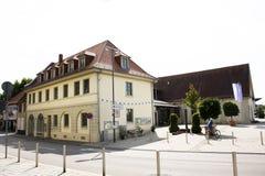 Klassisches Gebäude und Leute, die neben Sandhausen-Straße an Heidelberg--Kirchheimbezirk in Heidelberg, Deutschland gehen lizenzfreies stockfoto