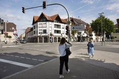 Klassisches Gebäude und Leute, die neben Sandhausen-Straße an Heidelberg--Kirchheimbezirk in Heidelberg, Mikrobe gehen stockfotografie